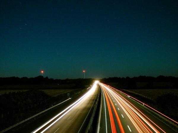 Nachthimmel Autobahn Lichtspuren