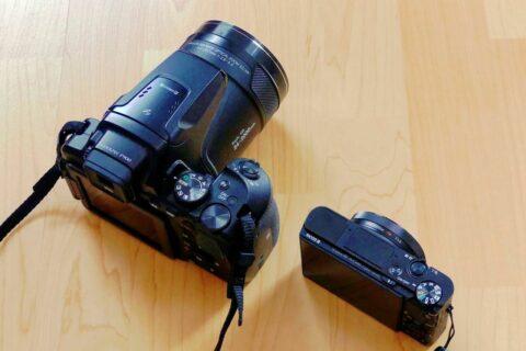 Größenvergleich Kompaktkamera und Bridgekamera